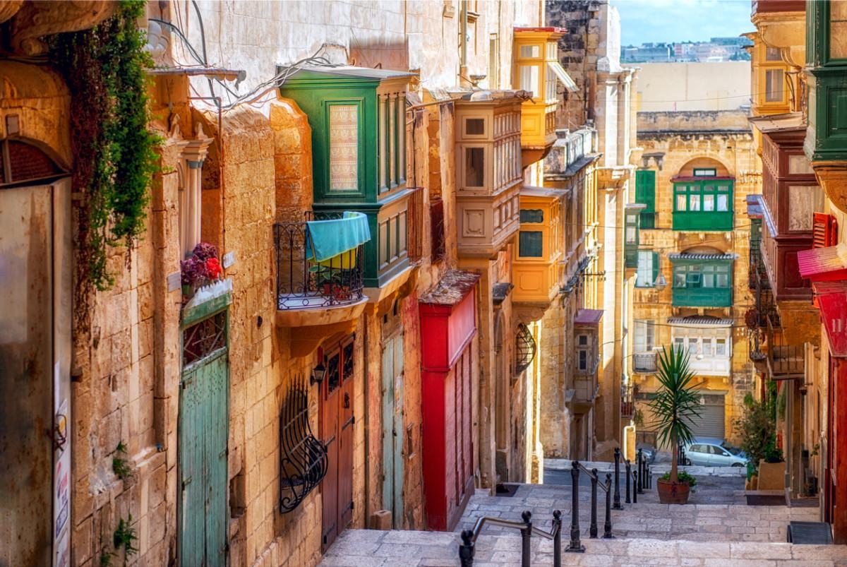 マルタに社会人留学するにはいくらかかる?期間別に必要な費用を解説