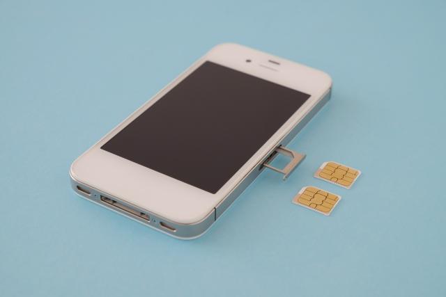 ワーホリで携帯を使う方法①:日本の携帯に現地のSIMカードを入れる