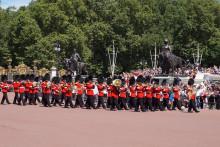 ロンドン観光!バッキンガム宮殿で衛兵交替式を見物!!